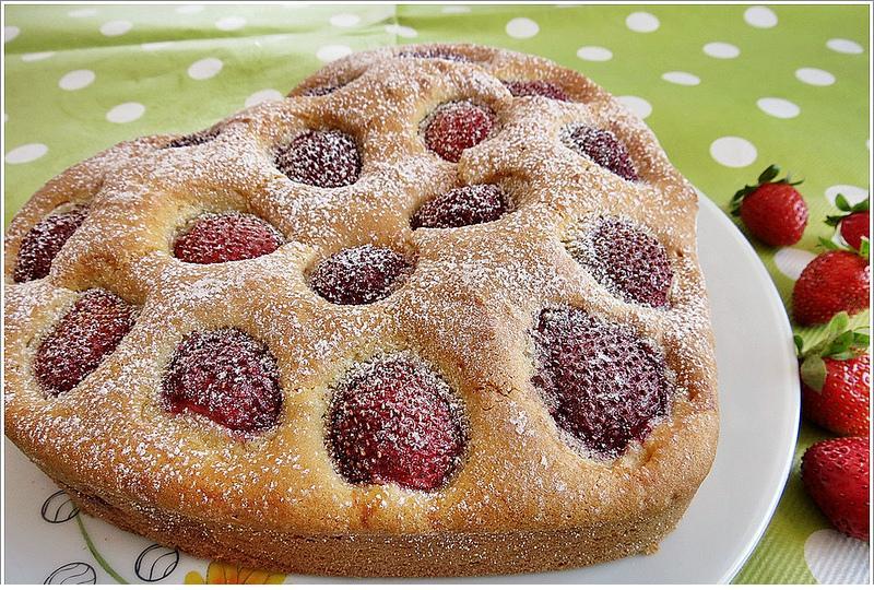 kalp kalıbında çilekli kek tarifi