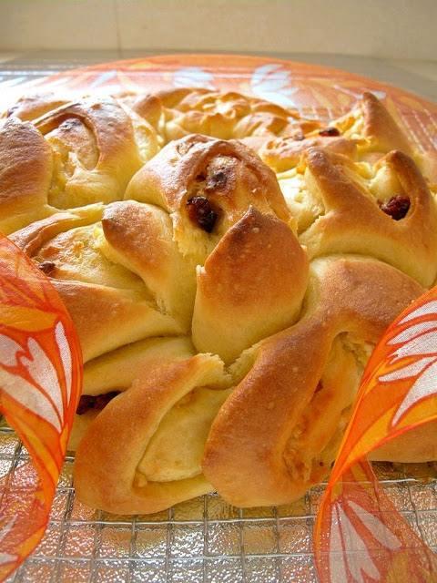 Kızılcık ve Beyaz Çikolatalı Çelenk Ekmek tarifi
