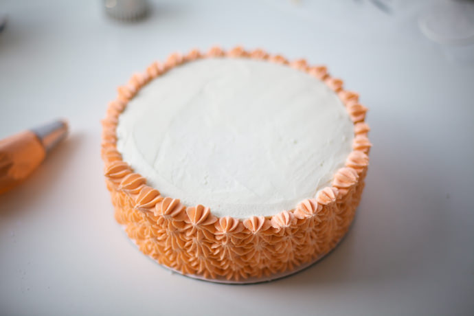 aslan kek kenarları krema ile süsleme