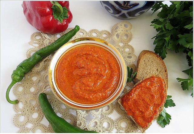 kahvaltılar için közlenmiş kırmızı biber sosu