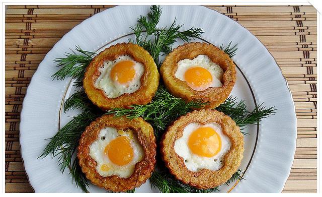 kahvaltılar için pataes içinde yumurta